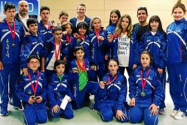 Una cosecha de 13 medallas para los karatecas ibicencos