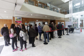 Largas colas en el Consell d'Eivissa para tramitar las tarjetas de transporte