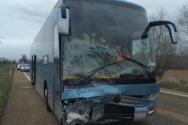 Tres muertos al colisionar un coche con un autocar del Imserso en Palencia