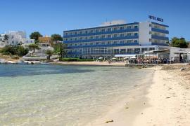 El Argos, primer hotel cuatro estrellas de Talamanca, cumple medio siglo