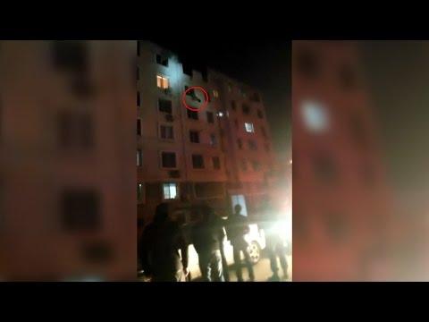 Un bombero atrapa al vuelo a una mujer cuando caía de un sexto piso durante un incendio