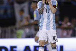 """La FIFA sanciona con cuatro partidos a Messi por decirle """"palabras injuriosas"""" un árbitro asistente"""