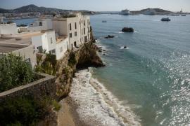 Una escollera marítima de mil toneladas protegerá los acantilados de sa Penya