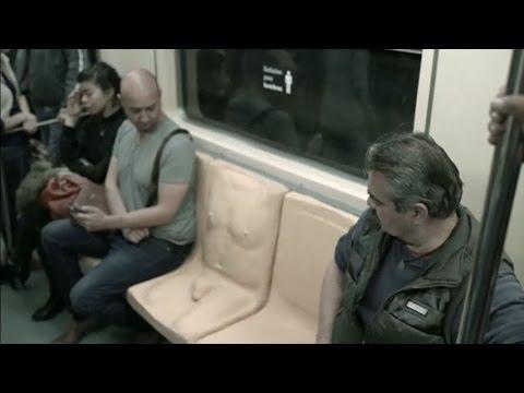 ONU Mujeres México instala un asiento con pene en el metro para concienciar sobre el acoso a las mujeres