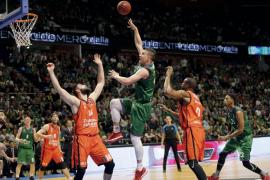 El Unicaja prolonga su sueño europeo desbordando al Valencia Basket