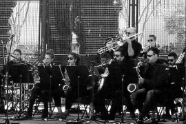 Batukada y concierto de la Big Band Ciutat d'Eivissa para saborear el buen tiempo en Vila