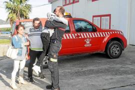 Emotivo reencuentro entre el pequeño Álex y los bomberos que le rescataron