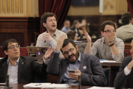 Alboroto en el Parlament mientras se complica la salida de la crisis