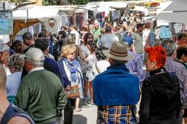 El Hippy Market de Punta Arabí muestra músculo en su primer día