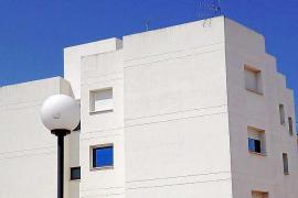 Desalojan un edificio de Sant Antoni por el incendio de un dispositivo eléctrico en la terraza