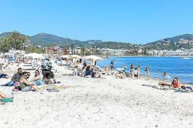 Indignación en Talamanca por el cierre de los baños públicos con la playa llena de gente