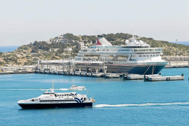 El puerto de Ibiza recibe al primero de los 191 cruceros previstos este año