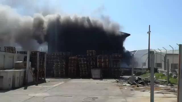 Un incendio devasta un taller de Can Valero