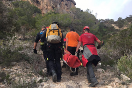 Una joven resulta herida al caer de su bicicleta al verse acosada por unos perros en Cala d'Hort