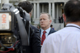 El portavoz de la Casa Blanca se disculpa por decir que «ni siquiera Hitler usó armas químicas»