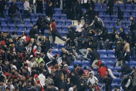 El campo del Olympique de Lyon, invadido tras una pelea entre aficionados