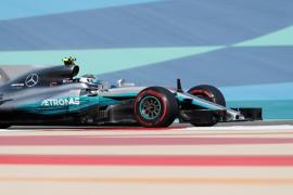 Bottas logra su primera 'pole' en la Fórmula 1 al batir a Hamilton en Bahréin