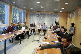 Reunión del consejo ejecutivo de la FELIB cuya secretaria, Neus Serra, insta al Govern a hacer una ley lo más consensuada posibl