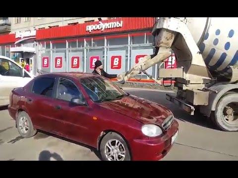 Se venga de su expareja llenando su coche de hormigón
