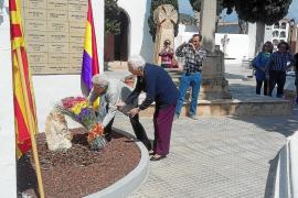 Sentido homenaje a la República y a los represaliados en el Cementeri Vell de Vila