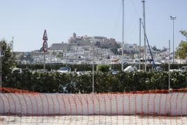 Retirada de la valla de Marina Ibiza (Fotos: Arguiñe Escandón).