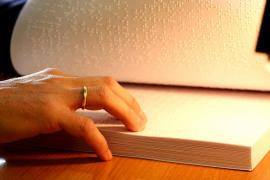 Una invidente española recauda 51.000 firmas para que se etiqueten los productos en braille