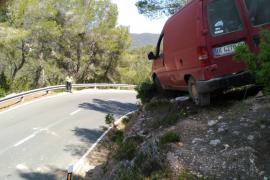 La conductora de una furgoneta está a punto de despeñarse en Sant Vicent