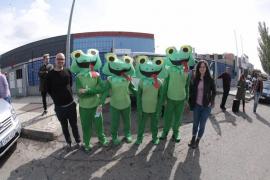 Reciben al grito de «choriza» a Esperanza Aguirre mientras cuatro ranas bailan a su alrededor