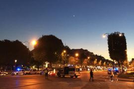 Un policía muerto y dos heridos en un tiroteo en los Campos Elíseos de París