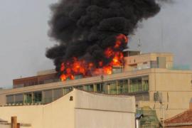 Espectacular incendio en un edificio en plena Gran Vía de Madrid