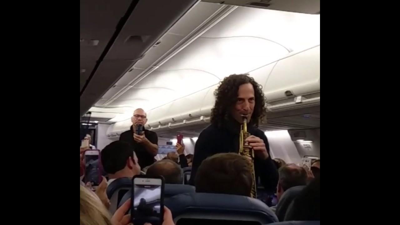 El saxofonista Kenny G. da un concierto en pleno vuelo