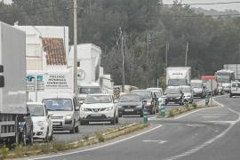 Colapso continuo en la carretera de Santa Eulària antes del inicio de temporada