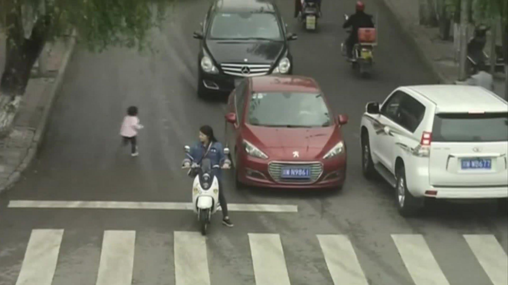 Una niña de dos años sale viva de milagro tras pasarle por encima dos coches