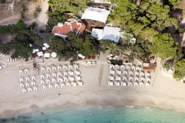 Sant Josep denuncia a un restaurante por instalar un mueble bar y mesas en la playa
