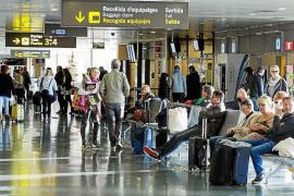 Aena estudiará crear una terminal para vuelos interislas en el aeropuerto de Ibiza