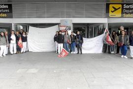 El personal de limpieza del aeropuerto de Ibiza secunda la huelga por impago de nóminas
