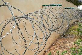 Denuncian la presencia de tramos de concertinas en zonas de Cala Llonga