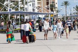 Inicio de la temporada turística con playas y terrazas al completo