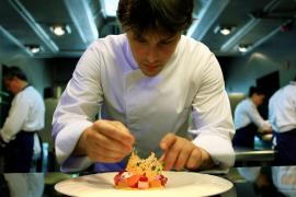 El cocinero Jordi Cruz defiende que los becarios trabajen sin cobrar en su cocina porque están aprendiendo