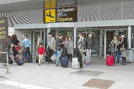Agentes y enfermeras del aeropuerto salvan la vida a un turista