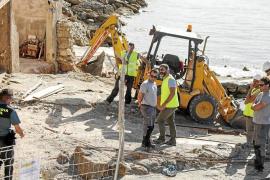 Costas empieza a demoler las casetas de Porroig pese a la protesta de algunos dueños