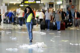 El personal de limpieza del aeropuerto realiza una nueva huelga y denuncia amenazas de despido