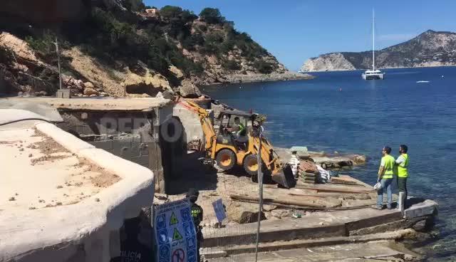 Cruce de denuncias entre vecinos y Costas por el derribo de cinco casetas de pescadores de Porroig