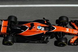 Hamilton y Mercedes dominan la jornada, Alonso rueda poco y acaba último