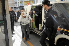 La presencia policial levantó una gran expectación en los juzgados.