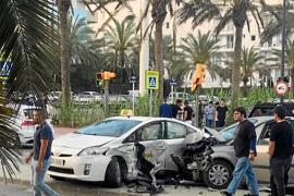 Aparatoso accidente entre un taxi y un turismo en la avenida Vuit d'Agost