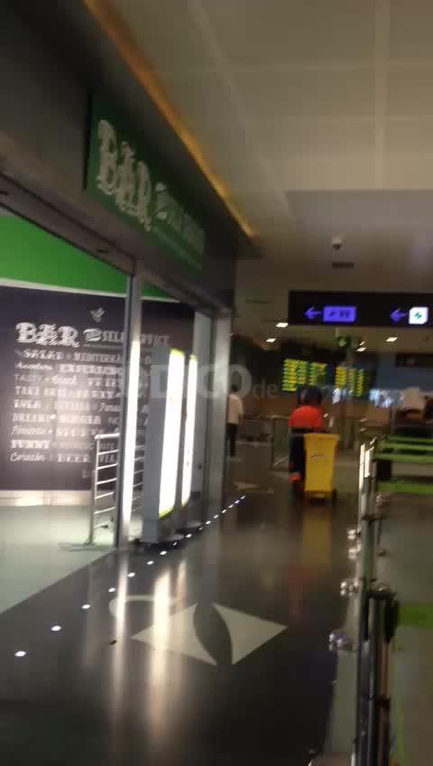 El personal de limpieza del aeropuerto acusa a AENA de boicotearles la huelga