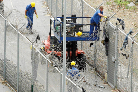 Por primera vez un inmigrante intenta saltar la valla de Ceuta para dejar España