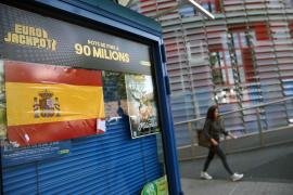 Identificados 7 jóvenes por colocar grandes adhesivos con la bandera española en Barcelona