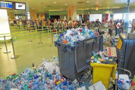 Los trabajadores de la limpieza del aeropuerto desconvocan la huelga y empezarán a limpiar hoy